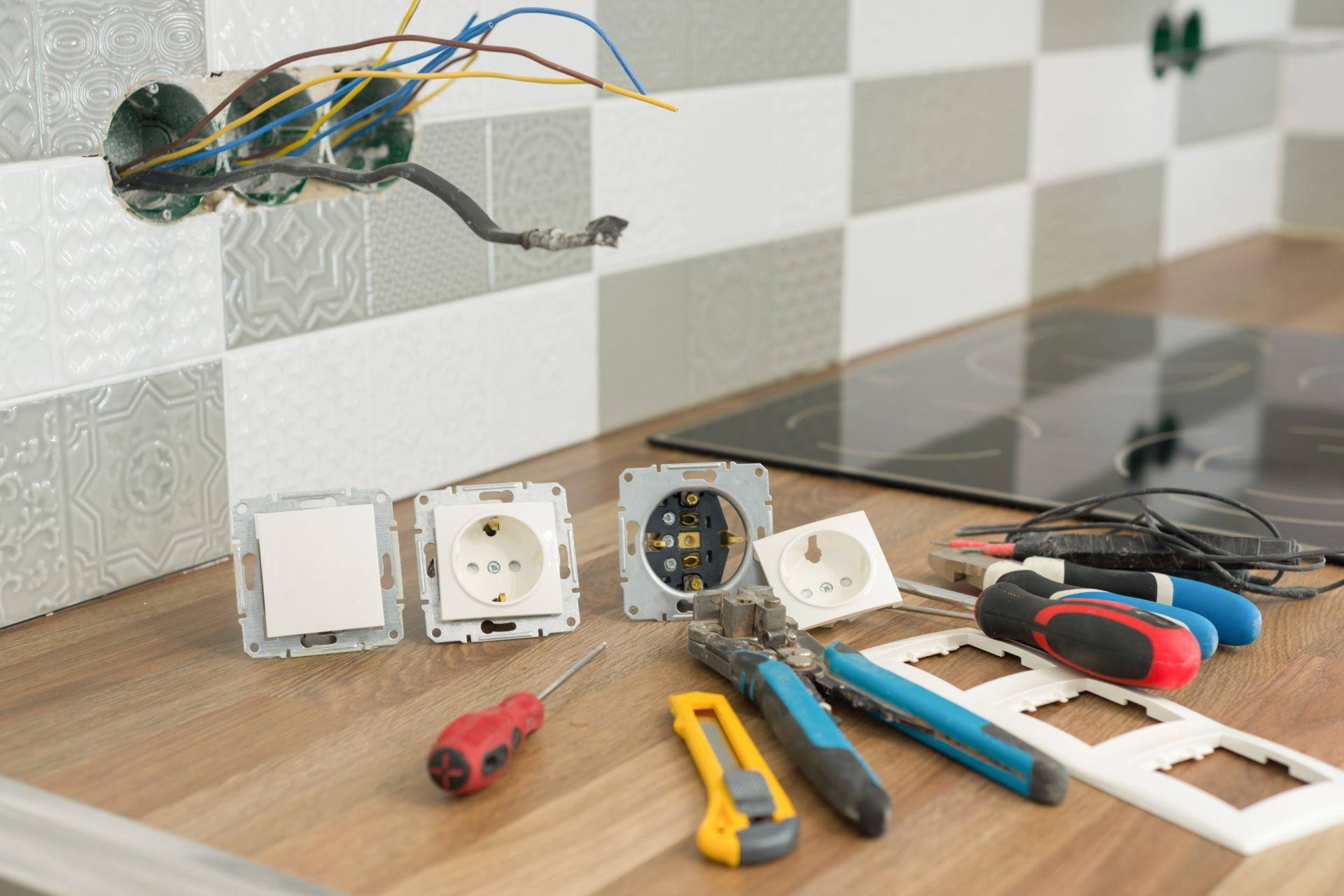 Des outils sont disposés pour réaliser des travaux de rénovation électrique dans une maison