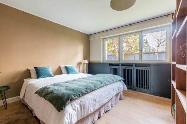 Une chambre épurée après un projet de home staging