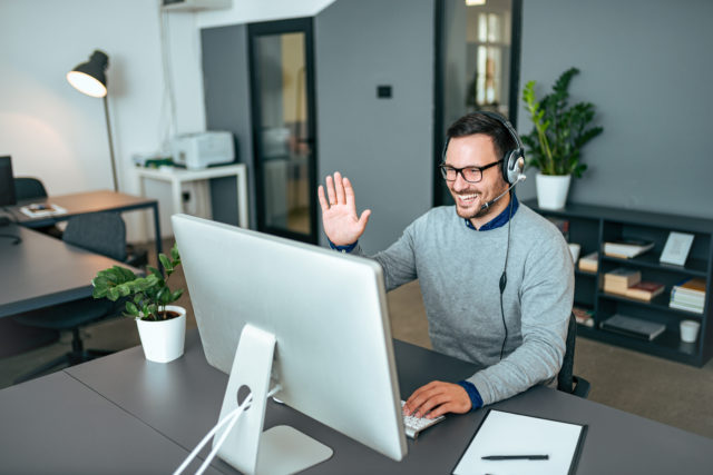 un homme bénéficie d'une analyse immobilière sur rendez-vous à distance devant son ordinateur