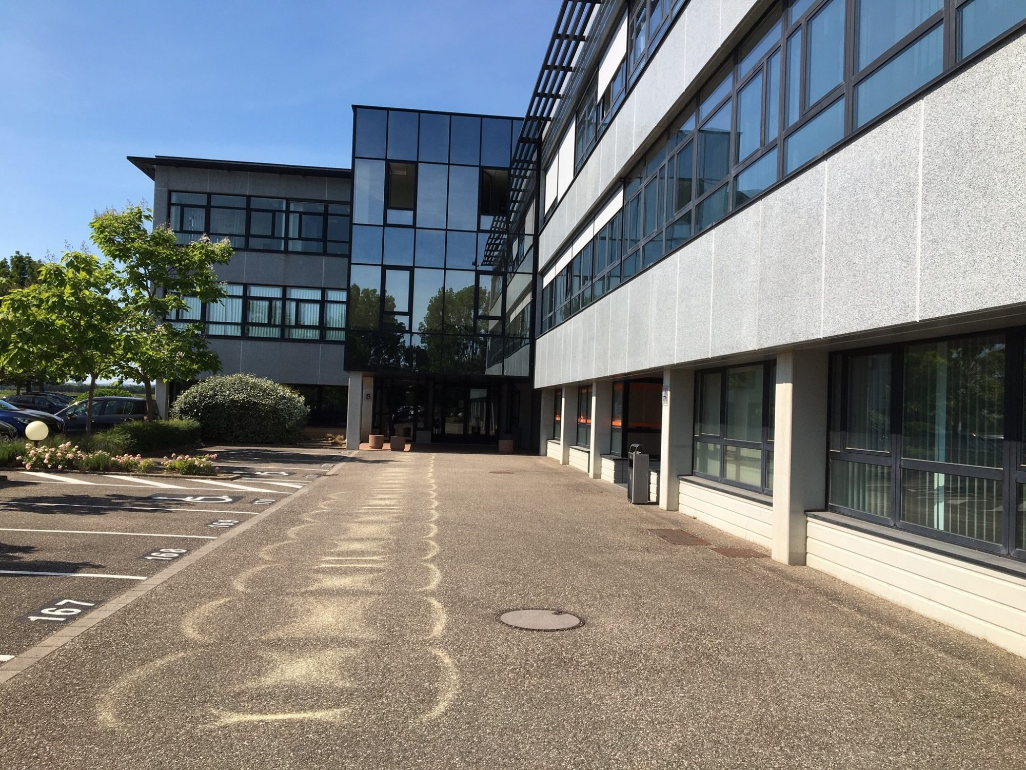 Bureaux rénovés avec porte pour livraisons à Entzheim