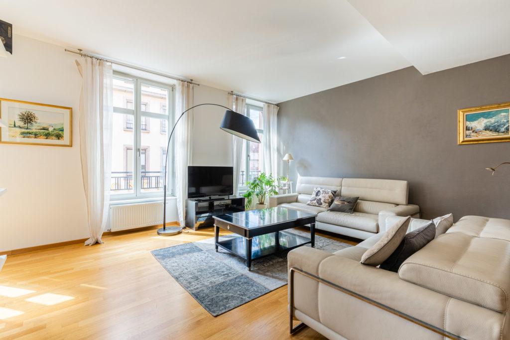 Un beau salon bien décoré pour vendre rapidement cet appartement