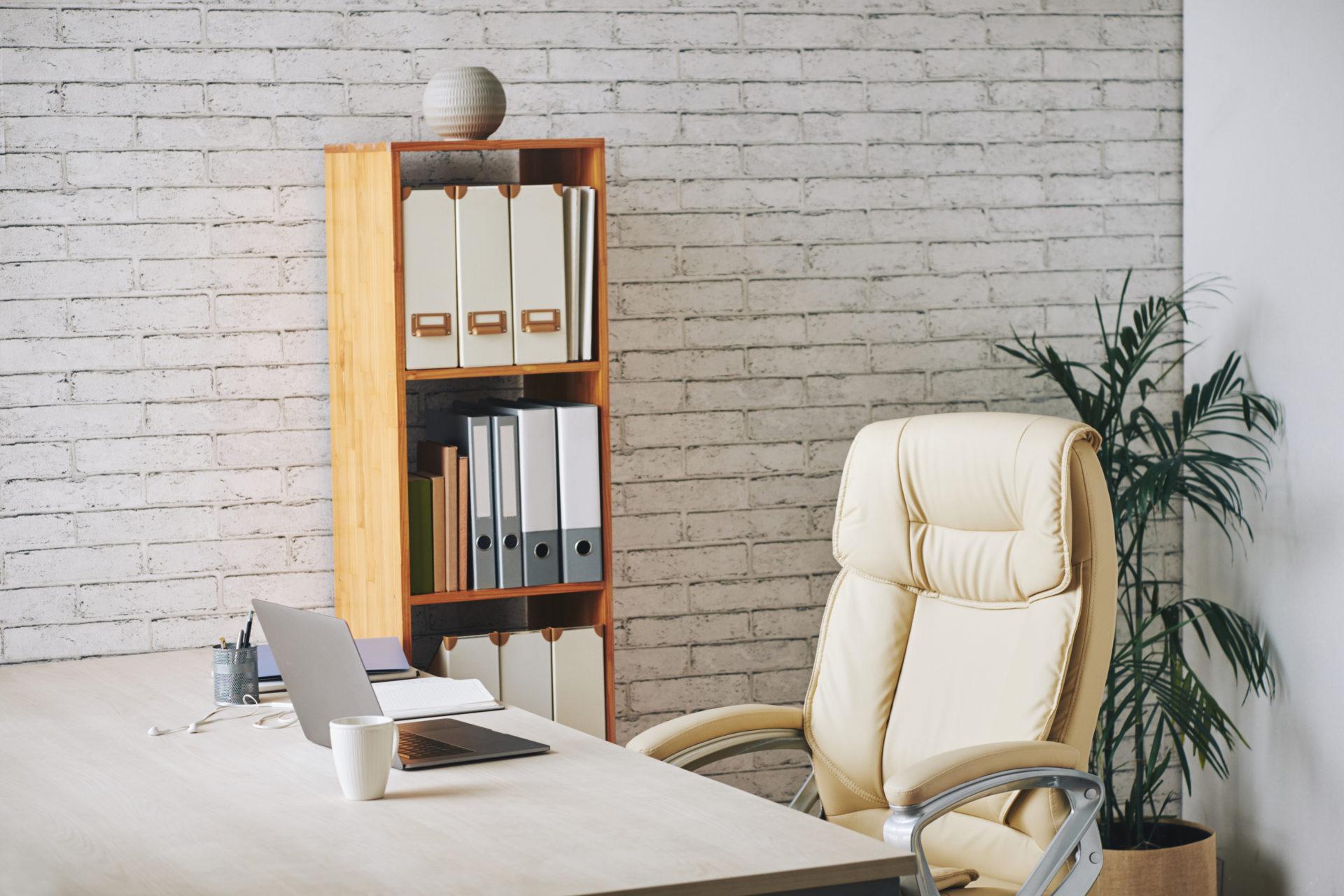 un bureau droit bien rangé et un fauteuil ergonomique