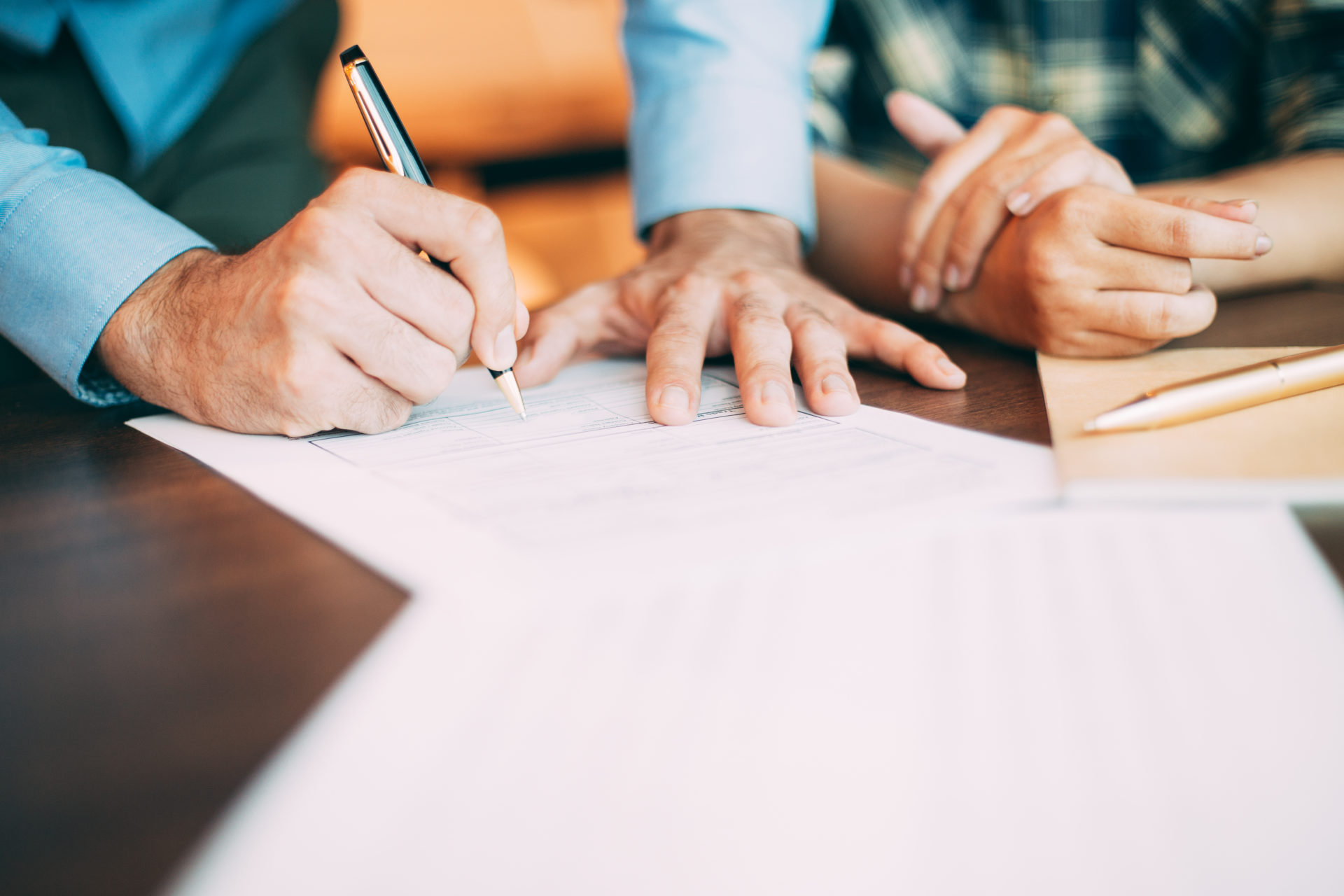 un mandat de vente simple ou exclusif est signé par un vendeur et un agent immobilier