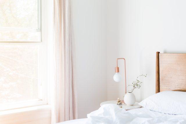 Un intérieur baigné de lumière grâce à un voilage blanc