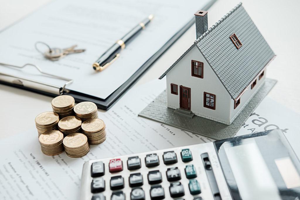 Des documents et une calculatrice pour estimer la valeur d'une maison