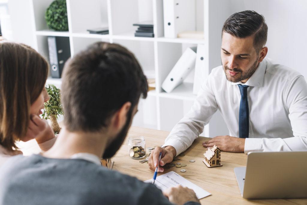 un agent immobilier se charge d'estimer un bien immobilier