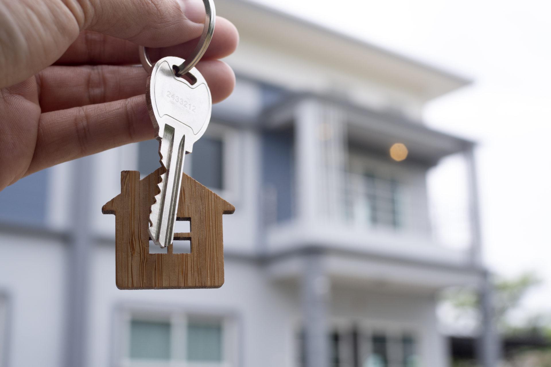 un propriétaire a investi dans l'immobilier locatif et confie les clés du logement à son locataire