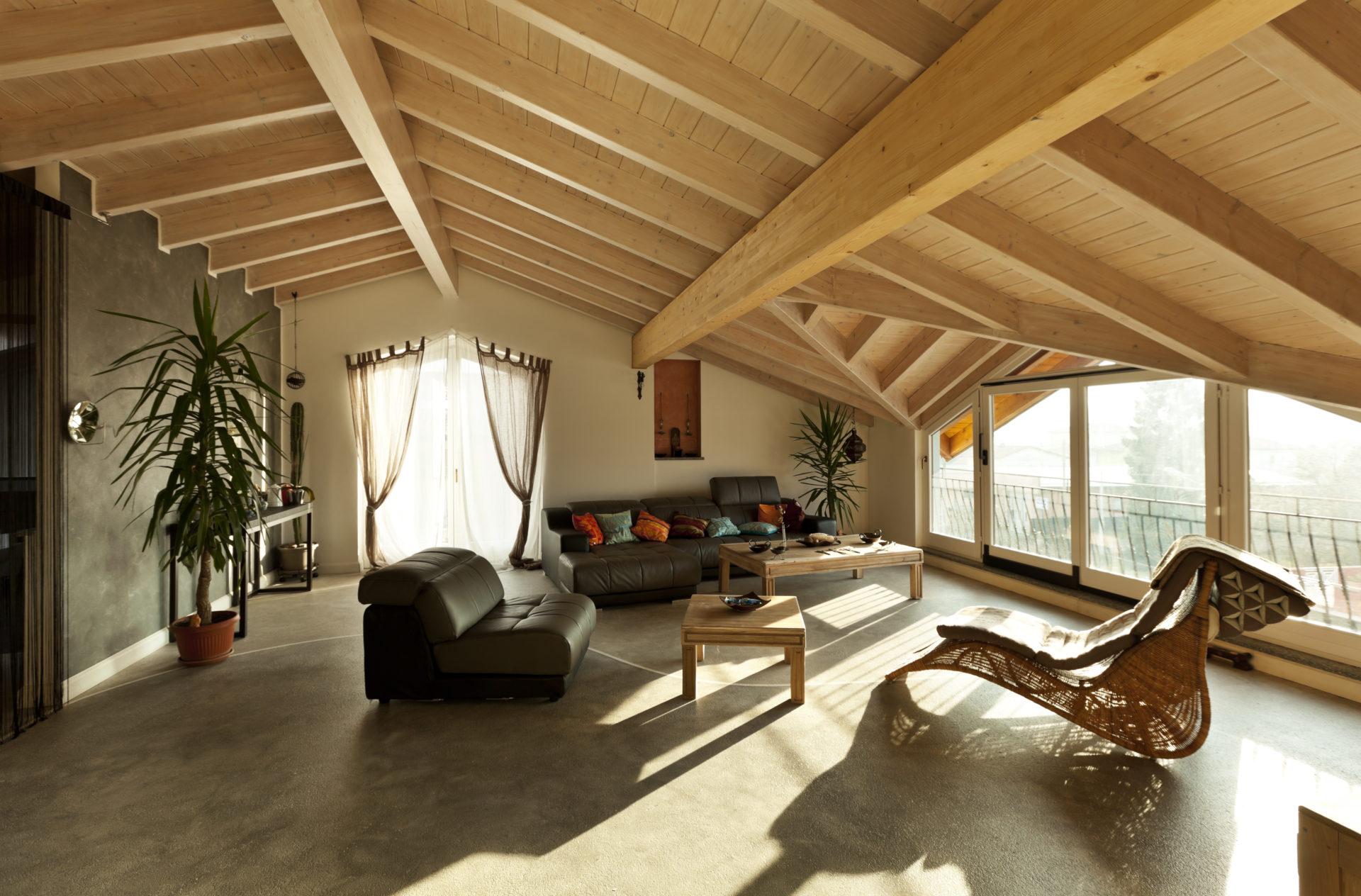 Une belle façon d'aménager des combles avec une décoration chaleureuse et des meubles confortables