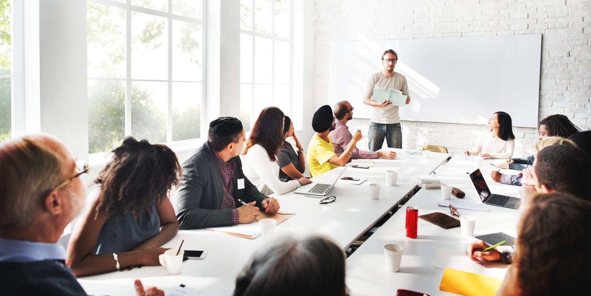 Une Assemblée Générale des copropriétaires se tient en présentiel dans une salle de réunion