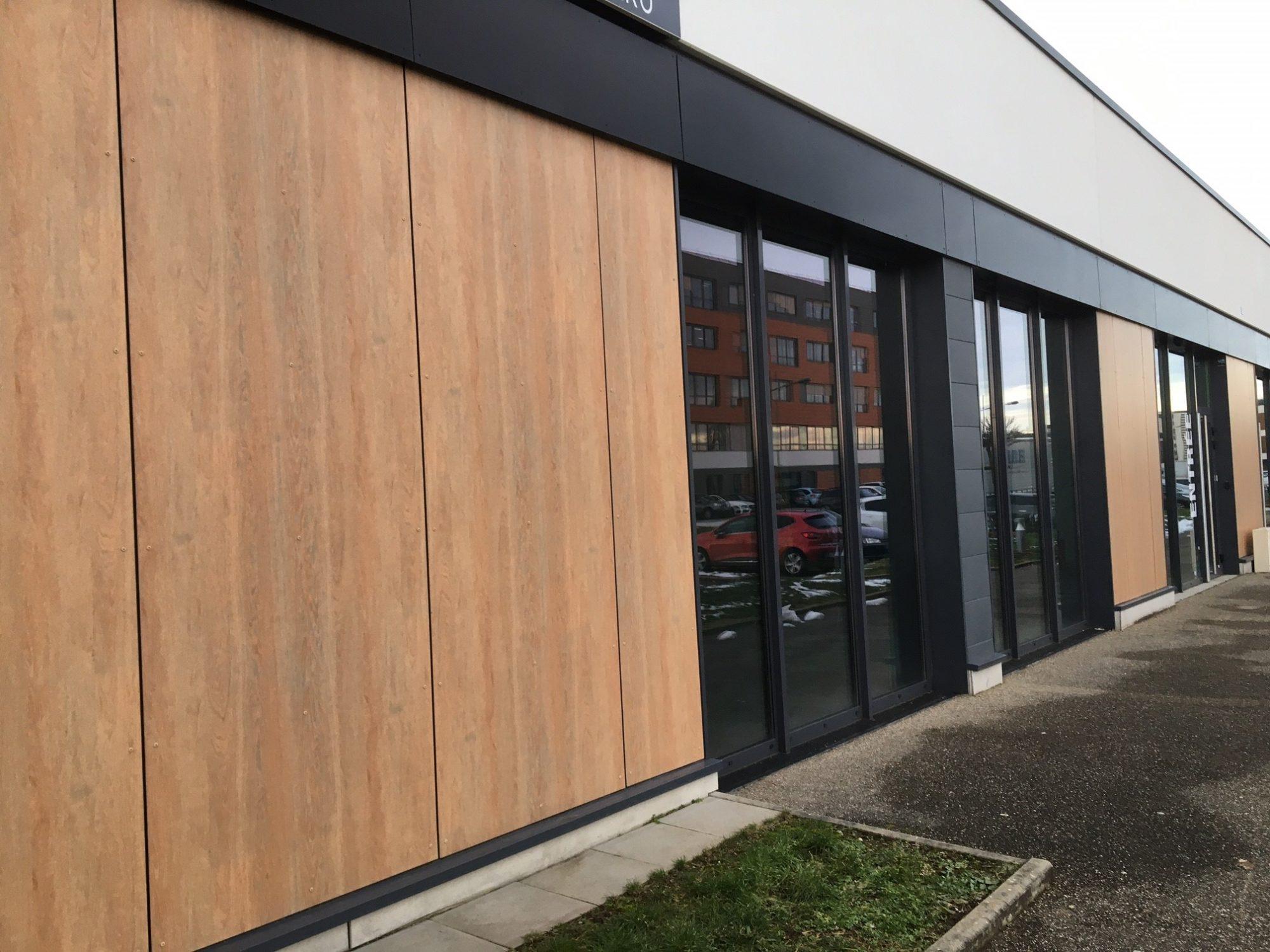 Locaux mixtes 150 m² avec porte sectionnelle à louer au Parc d