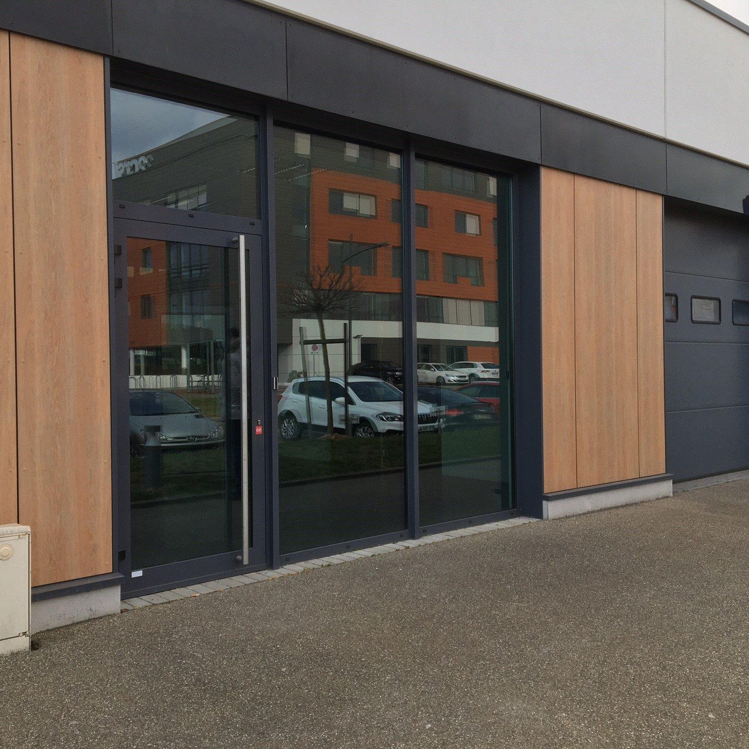 Locaux mixtes 151 m² avec porte sectionnelle à louer au Parc d