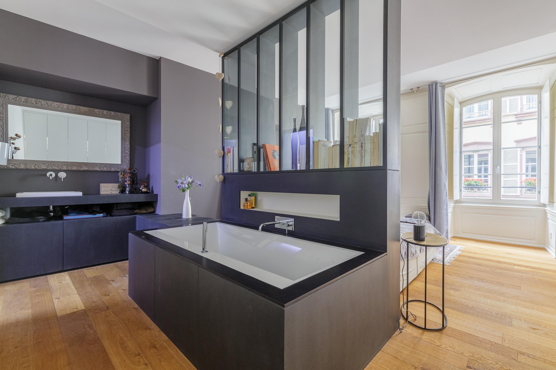 La salle de bains d'une suite parentale, moderne et design