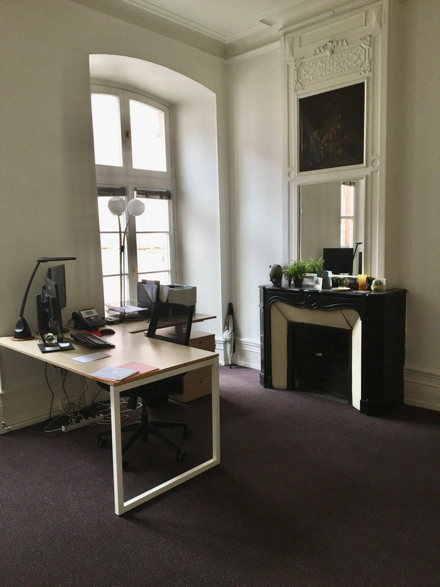 Bureau avec moulures et cheminées de 92m²  rue du Dôme