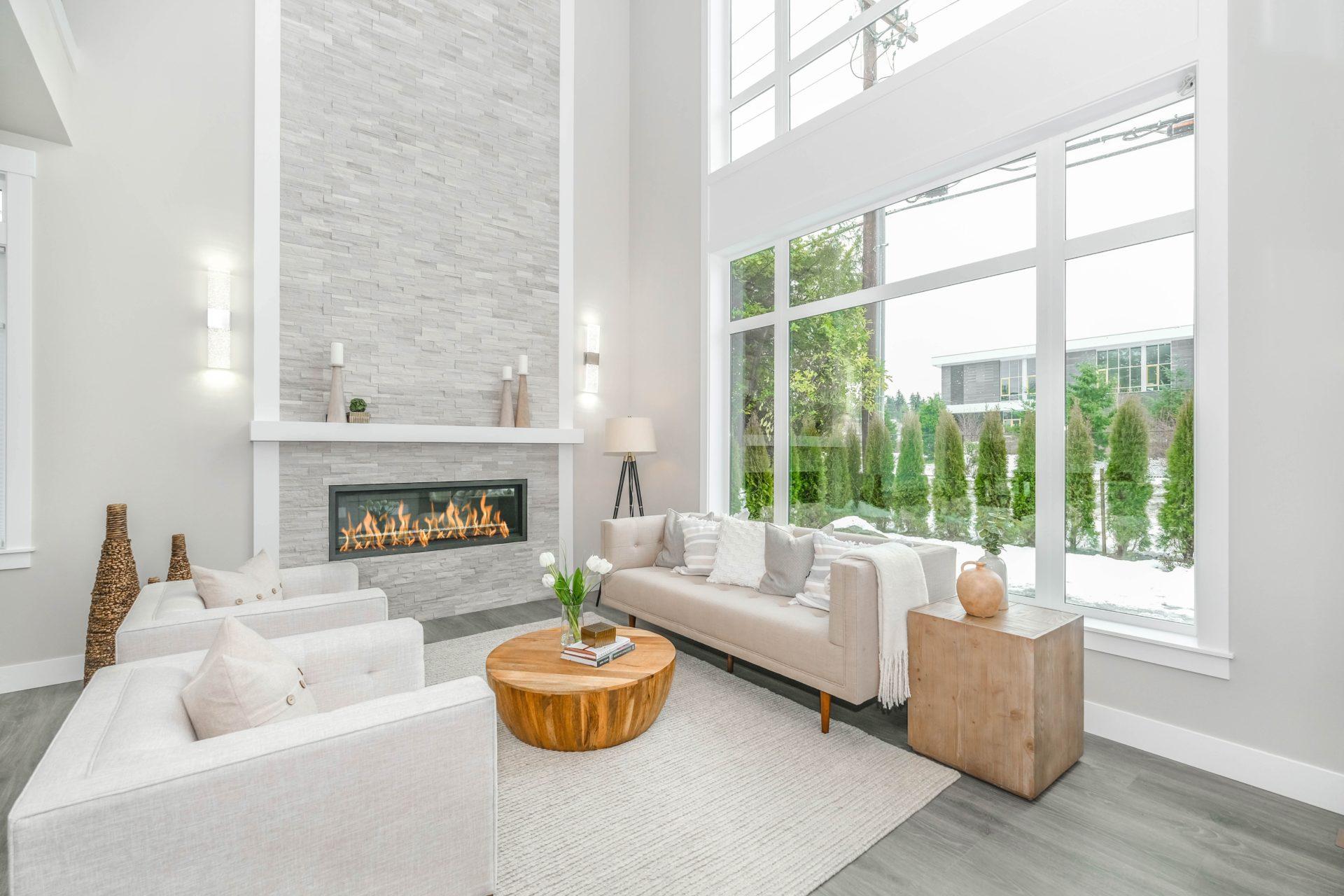 un salon cosy avec une cheminée comme système de chauffage au bois