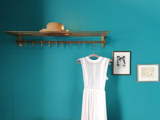 un couloir décoré avec un mur de couleur flashy