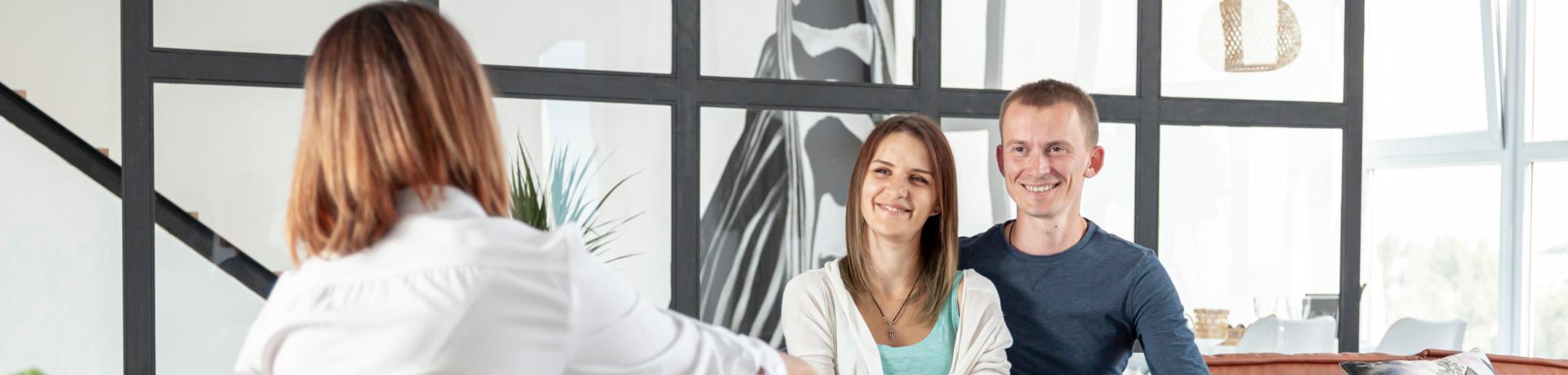 Une négociatrice en immobilier aide sa clientèle a choisir son acheteur