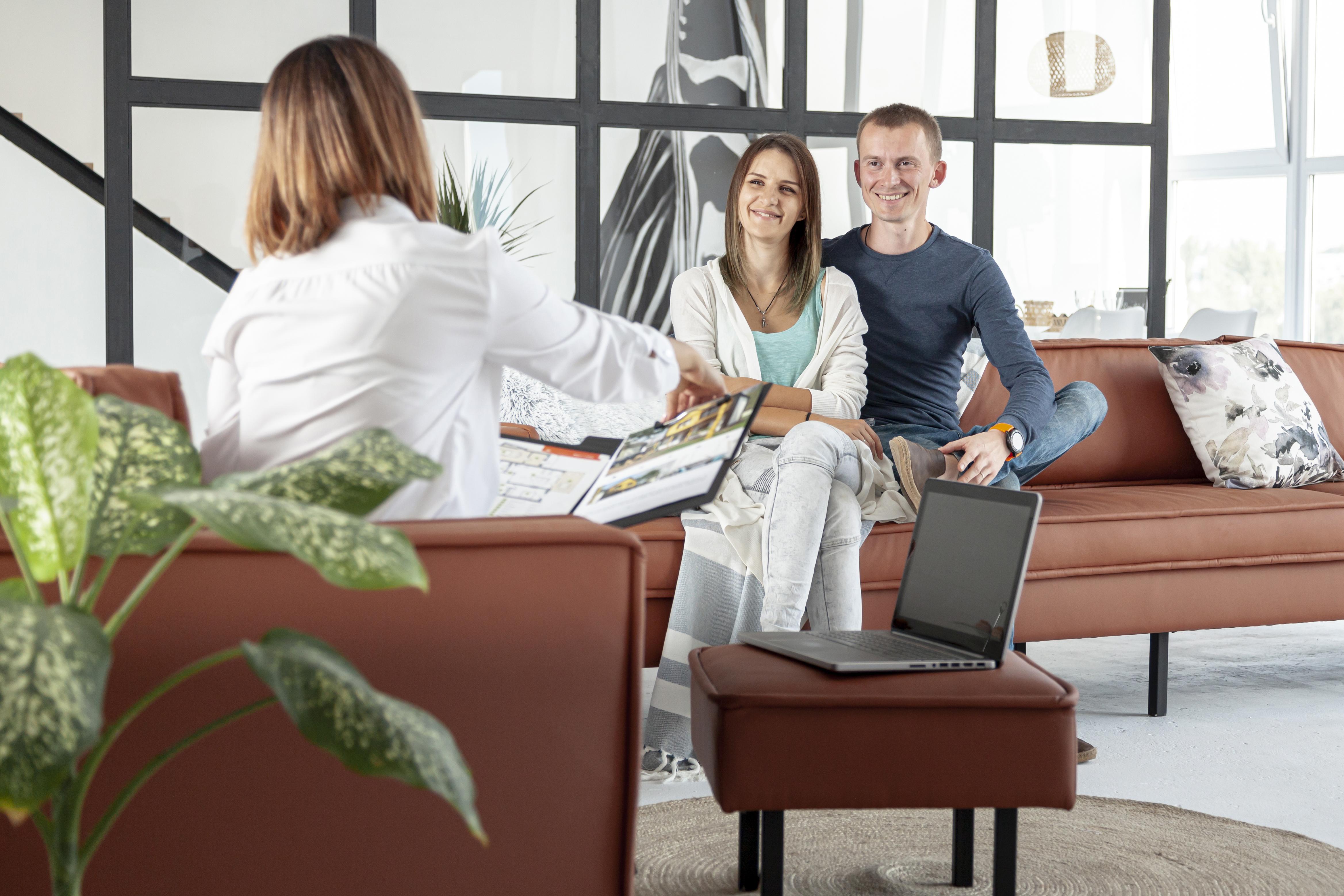 un agent immobilier qui aide un couple à bien choisir son acheteur