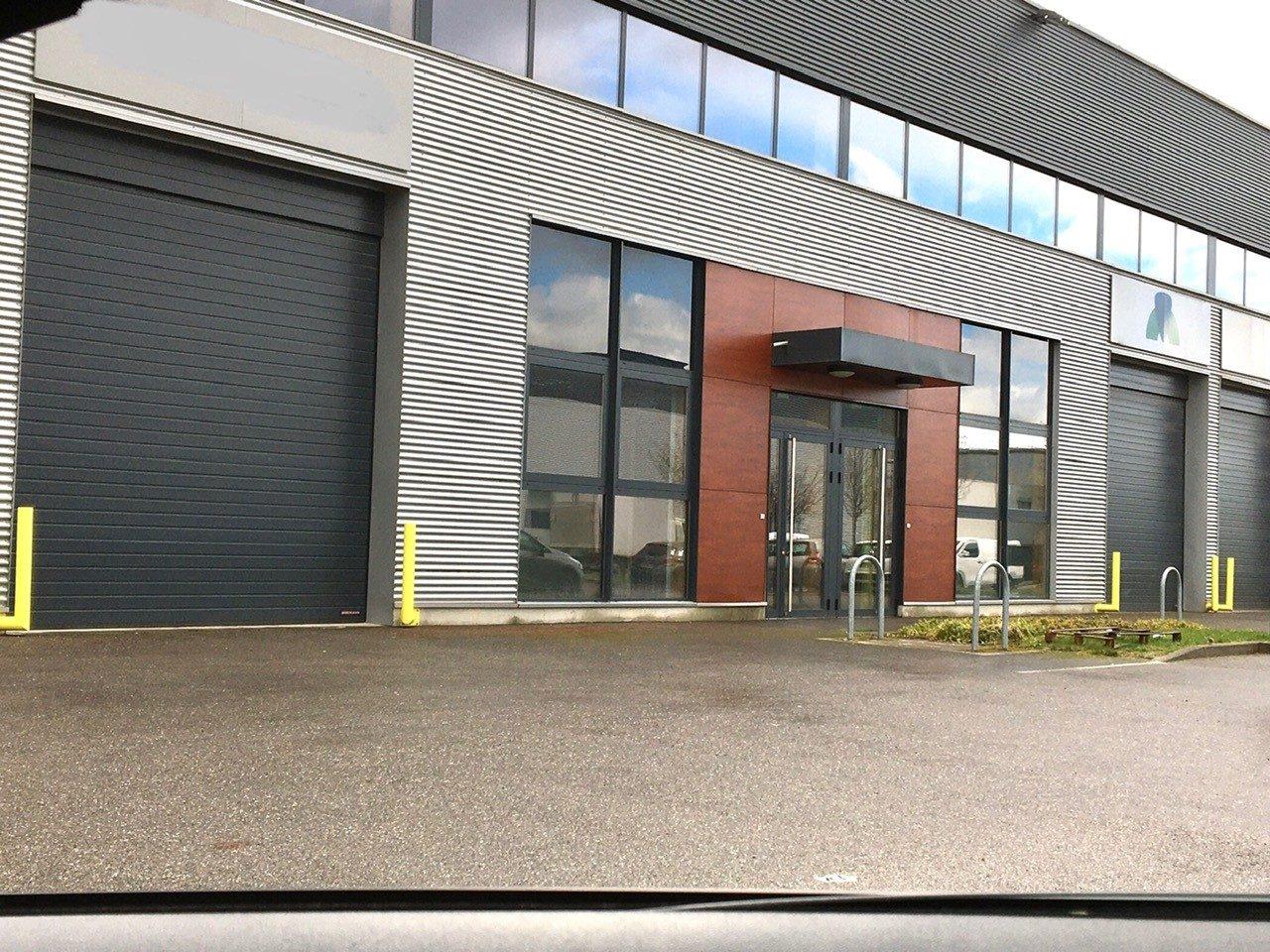 Local d'activité d'environ 753 m² dont 135m² des bureaux au P